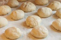 未加工的面团新片断用在桌上的面粉在厨房里 库存图片