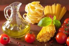 未加工的面团橄榄油蕃茄 意大利烹调在土气厨房里 库存照片