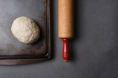 未加工的面团球在烤板的 图库摄影