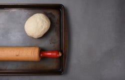 未加工的面团球在烤板的 免版税图库摄影
