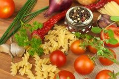 未加工的面团用蕃茄和荷兰芹在木背景 准备饮食食物 一顿简单的晚餐的食谱 库存照片