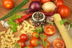 未加工的面团用蕃茄和荷兰芹在木背景 准备饮食食物 一顿简单的晚餐的食谱 库存图片