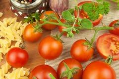 未加工的面团用蕃茄和荷兰芹在木背景 准备饮食食物 一顿简单的晚餐的食谱 免版税库存图片