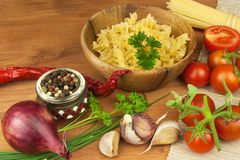 未加工的面团用蕃茄和荷兰芹在木背景 准备饮食食物 一顿简单的晚餐的食谱 免版税库存照片