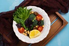 未加工的食物的饮食或干净的吃概念 免版税库存图片