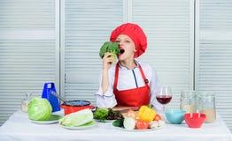 未加工的食物的饮食 妇女专业厨师举行未加工的硬花甘蓝菜 自由健康素食主义者和素食主义者食谱 怎么 免版税库存照片