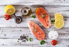 未加工的鲑鱼排和菜 免版税库存照片