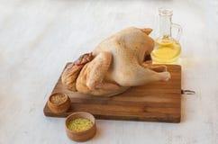 未加工的鸡尸体和油用香料 库存图片