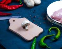 未加工的鸡翼用在一个透明碗花椰菜的草本用蕃茄和草本和辣椒用蘑菇 库存图片