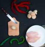 未加工的鸡翼用在一个透明碗花椰菜的草本用蕃茄和草本和辣椒用蘑菇 图库摄影