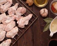 未加工的鸡翼:蜂蜜,芝麻,姜 免版税库存照片