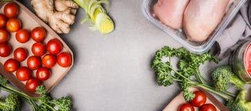 未加工的鸡胸脯内圆角和各种各样的菜成份烹调鲜美的饮食的,灰色石背景,顶视图,拷贝spac 免版税图库摄影