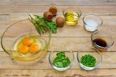 未加工的鸡蛋和成份在木背景 免版税图库摄影