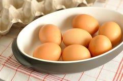 未加工的鸡蛋在灰色平底锅关闭 免版税库存照片