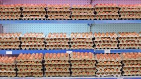 未加工的鸡鸡蛋特写镜头视图在蛋盒的 未加工的鸡蛋待售 股票视频