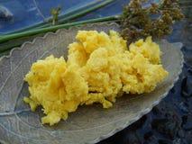 未加工的黄色牛油树脂自然宏指令 免版税库存图片
