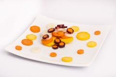 未加工的黄色,白色,橙色,红色红萝卜 免版税图库摄影
