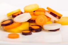 未加工的黄色,白色,橙色,红色红萝卜 免版税库存照片