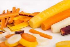 未加工的黄色,白色,橙色,红色红萝卜 免版税库存图片