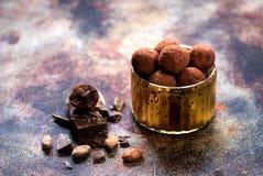 未加工的从被磨碎的可可粉的糖果块菌甜球 库存图片