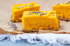未加工的素食主义者南瓜乳酪蛋糕 免版税库存图片
