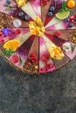 未加工的素食主义者蛋糕用果子和种子,装饰用花,法式蛋糕铺的产品摄影 免版税图库摄影