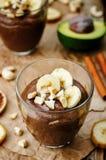 未加工的素食主义者鲕梨香蕉巧克力布丁 库存照片