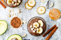未加工的素食主义者鲕梨香蕉巧克力布丁 免版税库存照片