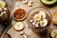未加工的素食主义者鲕梨香蕉巧克力布丁 免版税图库摄影