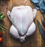 未加工的整鸡或火鸡在木厨房用桌背景 免版税图库摄影