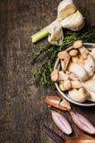 未加工的eryngii在一个金属碗采蘑菇用大蒜、麝香草和香葱 库存图片