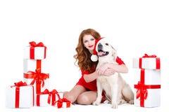 未婚和拉布拉多狗与圣诞节礼物 免版税图库摄影
