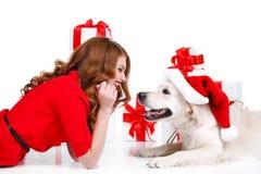 未婚和拉布拉多狗与圣诞节礼物 库存照片