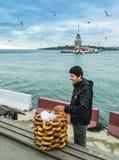 未婚在伊斯坦布尔,土耳其百吉卷推销员耸立 免版税库存照片