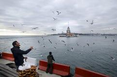 未婚在伊斯坦布尔,土耳其百吉卷推销员耸立 库存图片