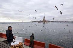 未婚在伊斯坦布尔,土耳其百吉卷推销员耸立 库存照片