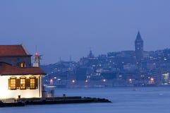 未婚塔和Galata塔,伊斯坦布尔土耳其 图库摄影