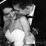 未婚夫拥抱新娘的肩膀并且微笑 库存图片