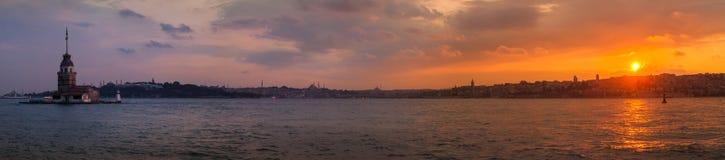 未婚的塔在伊斯坦布尔,日落的全景在海岸的 免版税图库摄影
