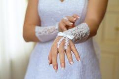 未婚妻的手手套的 库存图片