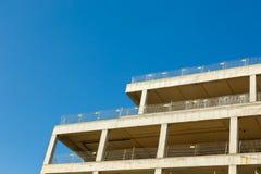 未完成修建蓝色s背景的一个公寓  库存图片