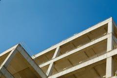 未完成修建蓝色s背景的一个公寓  免版税库存照片