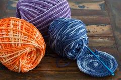 未完成的五颜六色的钩针编织握持热锅的布垫子 免版税库存图片