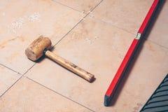 未完成的地板在一个大瓷砖卫生间里 库存照片