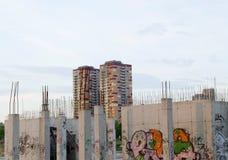 未完成的大厦被绘的街道画摩天大楼 库存照片