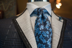 未完成的夹克在裁缝商店 免版税库存照片