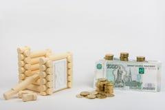 未完成的玩具房子,其次是俄罗斯卢布钞票 免版税库存图片