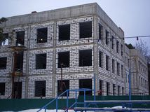 未完成的砖瓦房在早期的春天 免版税库存照片