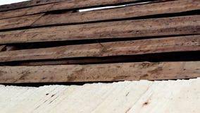 未完成的雪松木木瓦震动屋顶修理 股票视频
