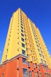未完成的颜色大厦,在蓝天下 库存照片